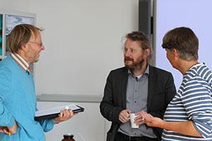 Foto von drei Wissenschaftlern im Gespräch bei der Nano Summer School