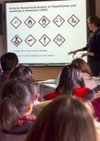 Chinesische Schülerinnen und Schüler zu Besuch im Chemielabor des IPN und in der Kieler Forschungswerkstatt
