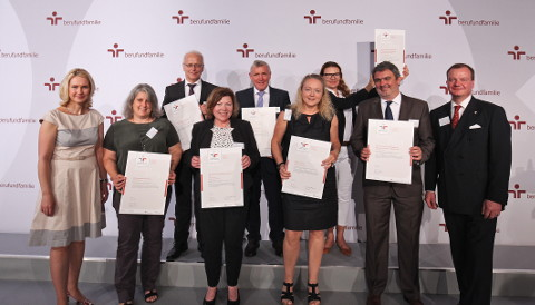 Bent Hinrichsen (2nd from right) accepted the certificate from Manuela Schwesig, the Minister for Family Affairs (1st from left)